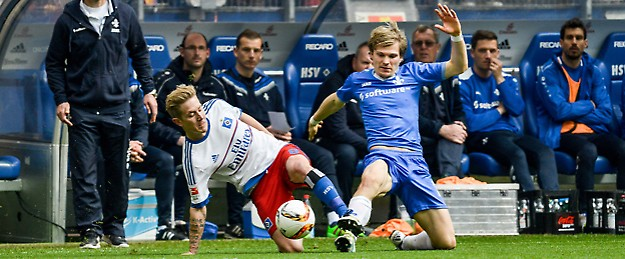 Lewis Holtby (HSV, l.) gegen Darmstadts Florian Jungwirth © picture alliance